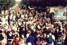 Foto der Hanfparade 1999 in Berlin auf der Strasse Unter den Linden