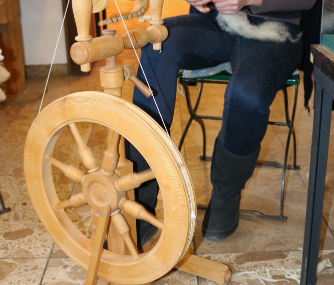 Mann am Spinnrad im Hanf Museum