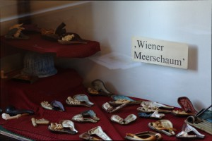 Foto der Wiener Meerschaum Sammlung im Hanf Museum - Kiffen vor 100 Jahren